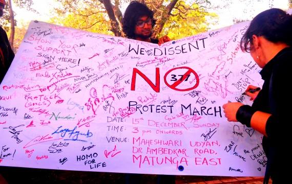 """""""धारा ३७७ का विरोध""""। तस्वीर: बृजेश सुकुमारन।"""